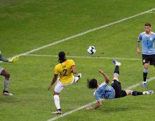 Edinson Cavani,  de Uruguay, anota el 2-0 durante el partido contra Ecuador del Grupo C de la Copa América. (Foto Prensa Libre: AFP).