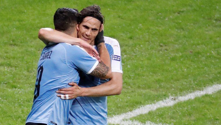 Luis Suárez y Edinson Cavani de Uruguay celebran el primer triunfo de Uruguay en la Copa América. (Foto Prensa Libre: EFE)
