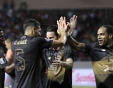 Jugadores de la selección de Costa Rica celebran la anotación del gol ante el equipo de Nicaragua. (Foto Prensa Libre: EFE).