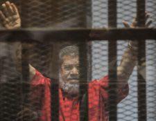 Imagen tomada el 16 de diciembre de 2015 que muestra al expresidente egipcio, Mohamed Morsi, derrocado por el Ejército en un golpe de Estado no sangriento en 2013, y prisionero desde entonces por cargos de espionaje en El Cairo, Egipto. (Foto Prensa Libre: EFE)