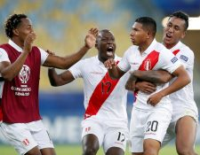 Edison Flores (2.d) de Perú celebra un gol durante el partido Bolivia-Perú del Grupo A de la Copa América. (Foto Prensa Libre: EFE)