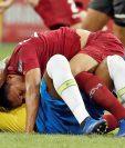 El jugador de Brasil Julio Bascuñán disputa el balón con Arquímedes Figuera (arriba) de Venezuela, durante el partido Brasil-Venezuela del Grupo A de la Copa América. (Foto Prensa Libre: EFE)