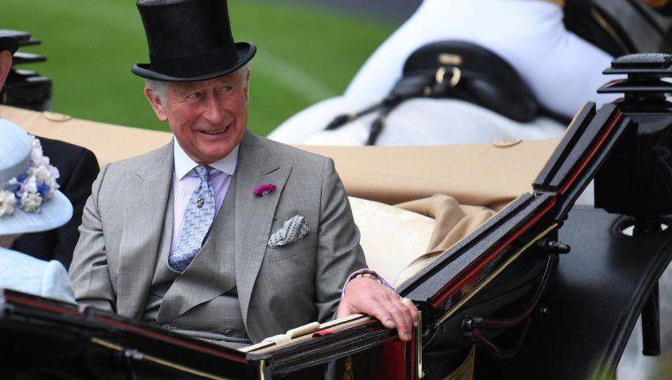 El príncipe de Gales, de 71 años, tiene síntomas leves de covid-19. (Foto Prensa Libre: EFE)