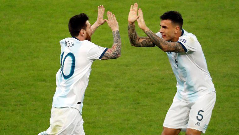Lionel Messi (i) es felicitado por Leandro Paredes, tras haber anotado el empate de Argentina contra Paraguay en el estadio Mineirao de Bello Horizonte, Brasil (Foto Prensa Libre: EFE)