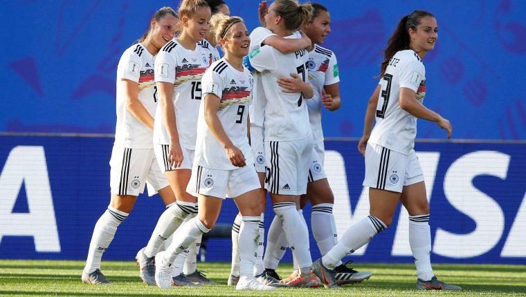 Las jugadoras de Alemania celebraron frente a Nigeria. (Foto Prensa Libre: EFE)