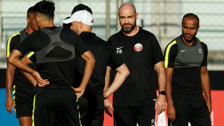 El entrenador de la selección de Qatar, el español Félix Sánchez (2d), dirige un entrenamiento este sábado, en Porto Alegre (Brasil), un día antes de enfrentar a Argentina por la tercera jornada de la fase de grupos de la Copa América 2019. (Foto Prensa Libre: EFE)