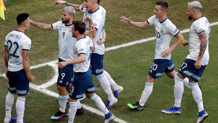 Lautaro Martínez (i) de Argentina celebra un gol ante Qatar con sus compañeros. (Foto Prensa Libre: EFE)