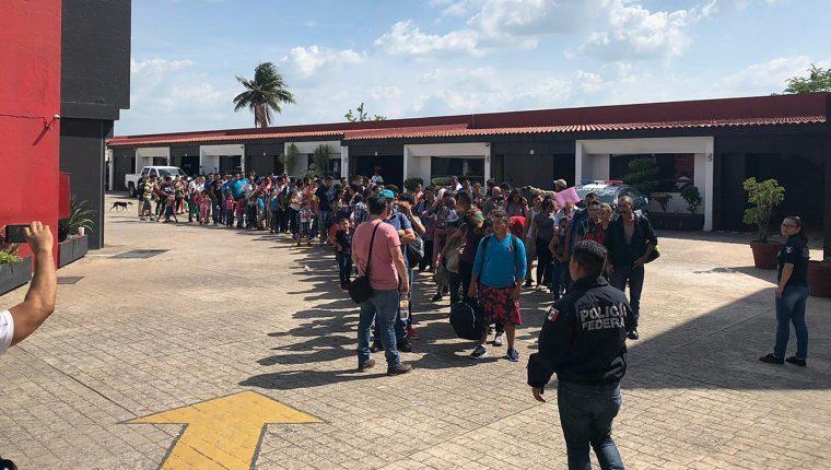 Migrantes centroamericanos detenidos fueron detenidos en Tabasco, México. (Foto Prensa Libre: EFE)