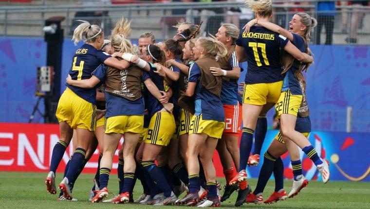 Así festejaron las jugadoras de Suecia. (Foto Prensa Libre: EFE)