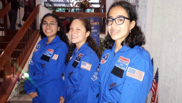 Las tres estudiantes guatemaltecas se preparan para participar en un organizado por la Nasa, en Estados Unidos. (Foto Prensa Libre: Eslly Melgarejo)