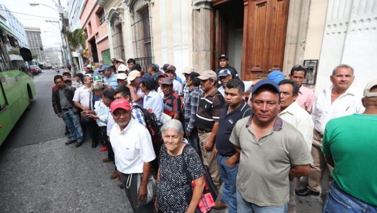 Un grupo de supuestos veteranos militares llegó a la sede de la Comisión Presidencial del Diálogo donde se les informó que la reunión fue suspendida y aún no hay un fecha precisa de reprogramación. (Foto Prensa Libre: Erick Ávila)
