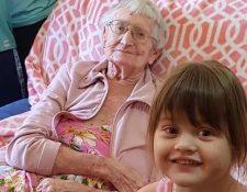 Mollie Manley con una de sus nietas. (Foto Prensa Libre: 7 News).
