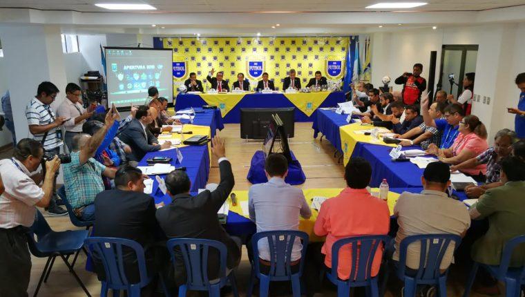 Dirigentes de los equipos de la Liga Nacional, durante de la asamblea general. (Foto Prensa Libre: Francisco Sánchez)