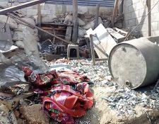 Así quedó el inmueble donde funcionaba la cohetería donde ocurrió la explosión. (Foto Prensa Libre: René Subuyuj).