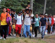 Caravana de migrantes hondureños camino hacia la frontera con Guatemala. (Foto Prensa Libre: EFE)