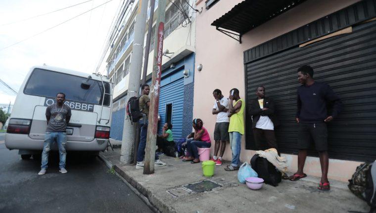 Los migrantes fueron trasladadados a una albergue de la zona 5 capitalina. (Foto Prensa Libre: Juan Diego Gónzalez)