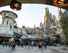 """Varios visitantes en la zona donde está instalado el Halcón Milenario de """"Star Wars"""" (Foto Prensa Libre: EFE)"""