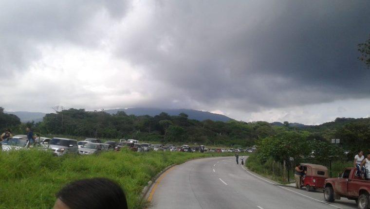 Ambas vías de la carretera está bloqueado por vecinos. (Foto Prensa Libre: Cortesía)