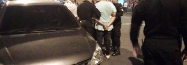 La Policía custodia a uno de los capturados. (Foto Prensa Libre: PNC).