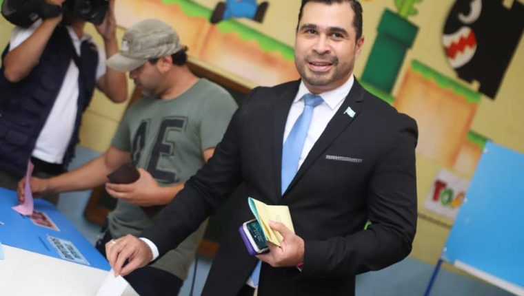 Neto Bran, al momento de depositar su voto. (Foto Prensa Libre: Tomada de Facebook)