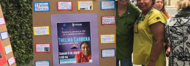 Dos guatemaltecos apoyaban con carteles a Thelma Cabrera, en las afueras del consulado de Guatemala en Los Ángeles. (Foto Prensa Libre: Marco López)
