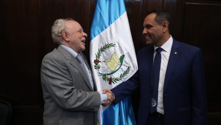 Félix Serrano —izquierda—, rector de la Universidad Panamericana, saluda a Murphy Paíz, rector de la Universidad de San Carlos, luego de ser electos presidentes de las comisiones de postulación. (Foto Prensa Libre: Erick Ávila)