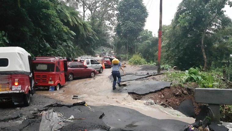 La entrada al municipio de El Palmar, Quetzaltenango se destruyó a causa de la fuerte lluvia. (Foto Prensa Libre: Rolando Miranda)