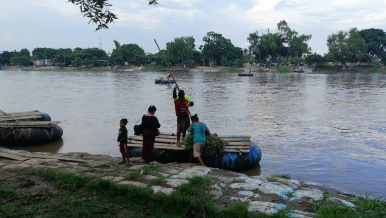 Migrantes cruzan hacia el río Suchiate en su camino hacia Estados Unidos. (Foto Prensa Libre: Whitmer Barrera)
