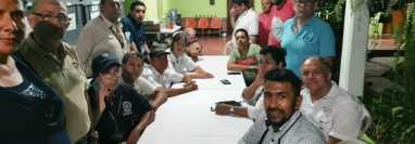 Los ciudadanos que participan en las juntas electorales llevan 24 horas retenidas. (Foto Prensa Libre: Cortesía)