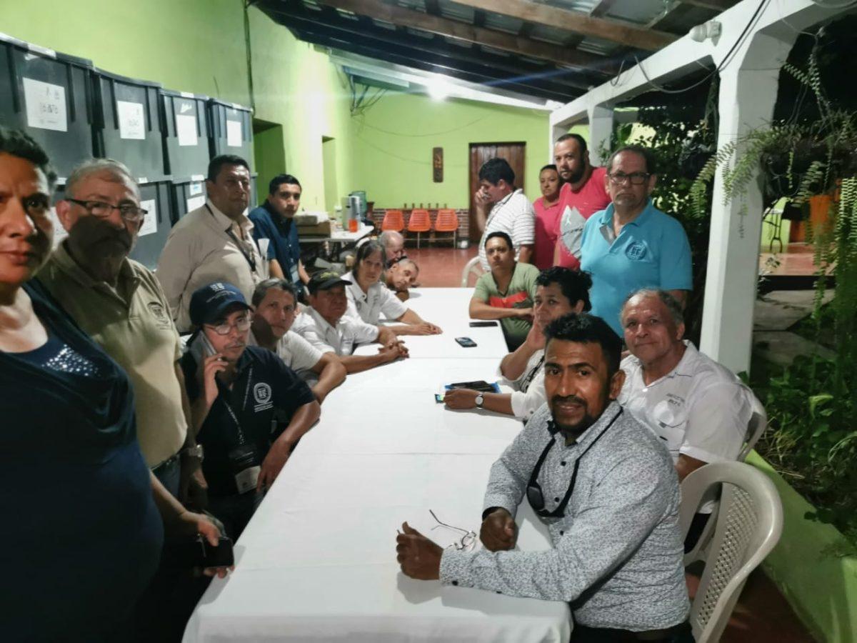 """""""Nos piden algo que no podemos cumplir"""": Juntas departamental y municipal del TSE están retenidas en Salamá"""