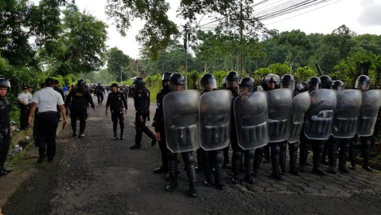 Antimotines en San Lorenzo, Suchitepéquez, en prevención de incidentes con vecinos que obstruían el paso para evitar que personas de otros lugares lleguen a votar. (Foto Prensa Libre: Emilio Reynoso)