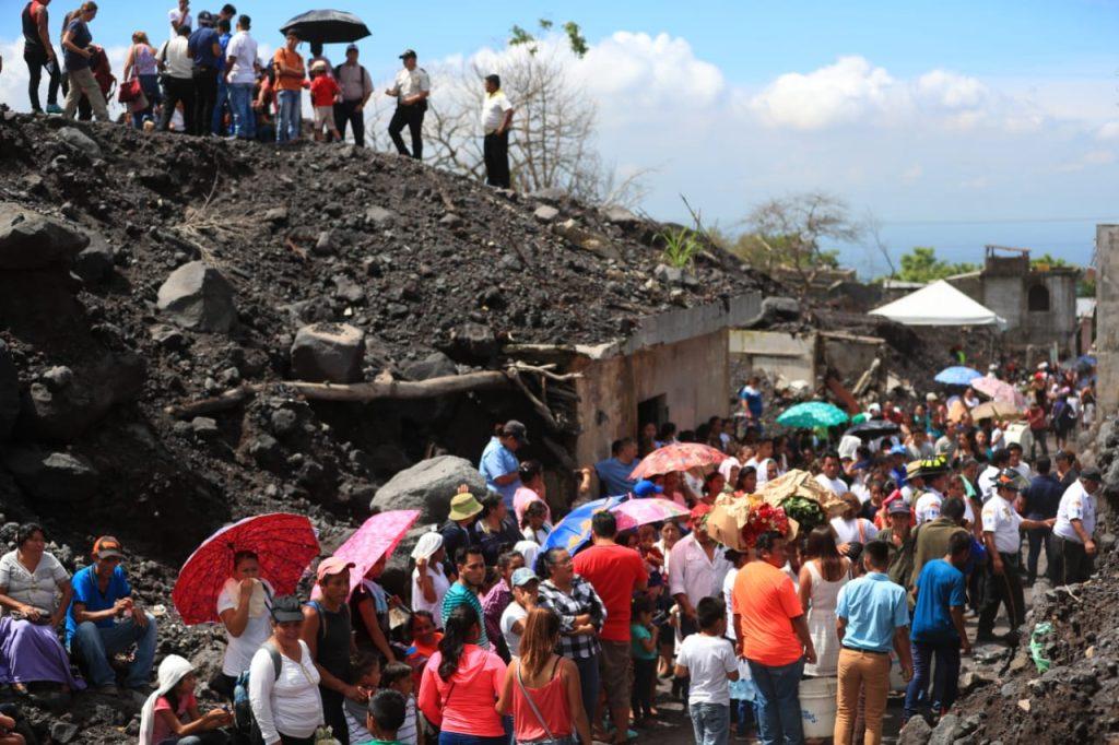 El acto se realiza en la mañana debido a que por las tardes la lluvia se hace presente. Foto Prensa Libre: Carlos Hernández