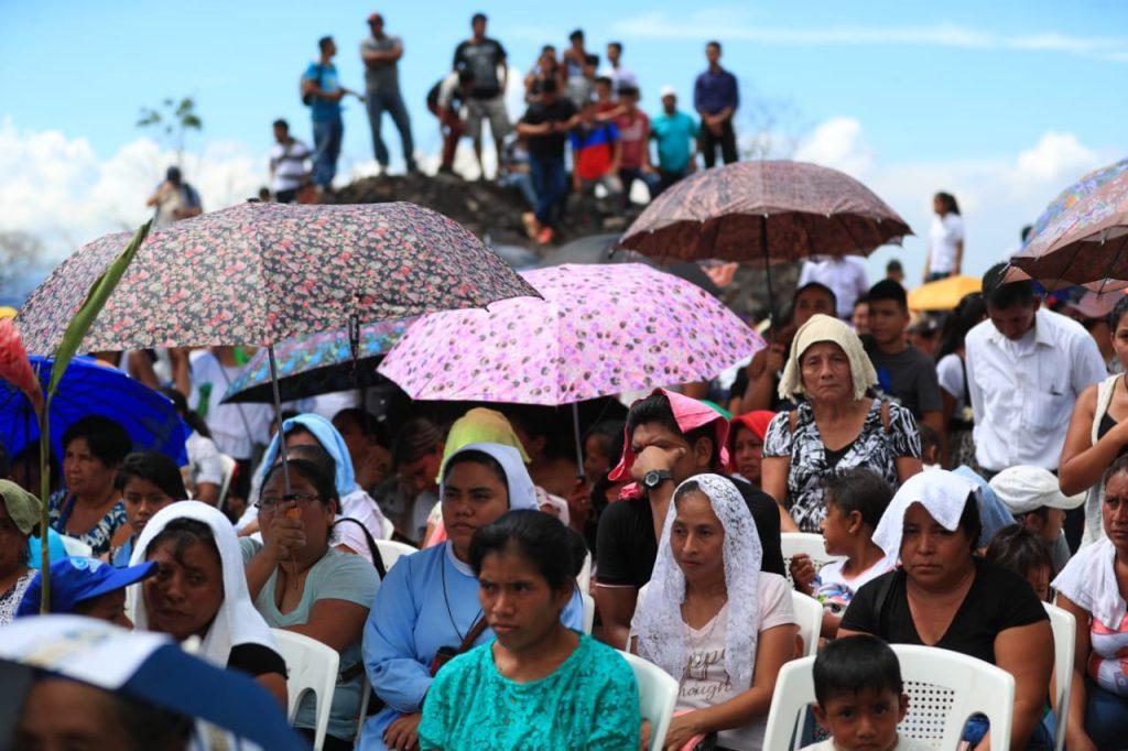 Entre oraciones y anécdotas las personas recordaron este día de tragedia.  Foto Prensa Libre: Carlos Hernández