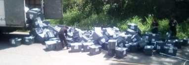 Varias cajas electorales cayeron del camión donde eran transportadas hacia Baja Verapaz. (Foto Prensa Libre: Cortesía Tobinson Monroy Hernández)