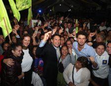 Ricardo Quiñónez saluda a simpatizantes en la sede del Partido Unionista. (Foto Prensa Libre: Raúl Juárez)