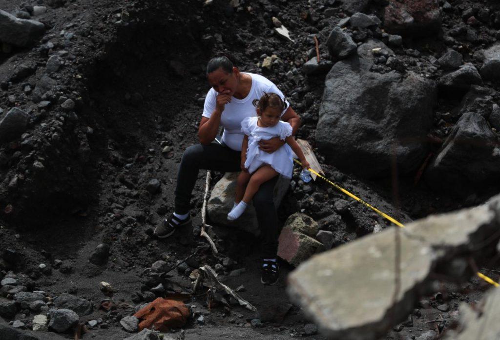 Alejado de la multitud, los familiares recuerdan la vida en el lugar.  Foto Prensa Libre: Carlos Hernández
