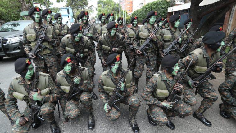 Después de 12 años, militares regresan a las calles para celebrar el aniversario del Ejército, en un desfile que es cuestionado por representantes de organizaciones sociales. (Foto Prensa Libre: Esbin García)