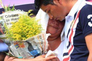 Un joven consuela a su mamá quien llora al recordar a su familia y su antigua casa.  Foto Prensa Libre: Carlos Hernández