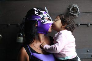 Su hija más pequeña le acompaña y le regala un beso antes de subir al ring. Foto Prensa Libre: Óscar Rivas