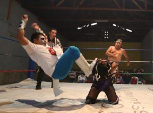 Tauro salta para patear la cabeza de Princesa Luna quien se cubre para contrarrestar el golpe. Foto Prensa Libre: Óscar Rivas