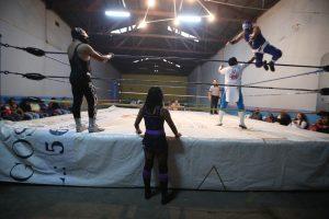 Debajo del ring observa una volada de Jinete del Rodeo sobre Tauro. Foto Prensa Libre: Óscar Rivas