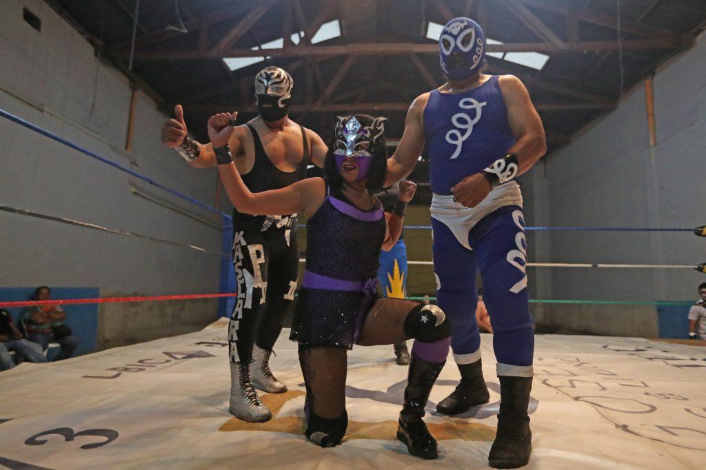 Siendo la única mujer del trío posa junto a sus compañeros previo a la pelea que se presenta como la segunda de la jornada. Foto Prensa Libre: Óscar Rivas