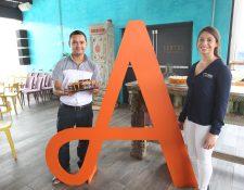 Representantes de Anfora y Nestlé presentan el pastel Apapacho, para celebrar a los padres. Foto Norvin Mendoza