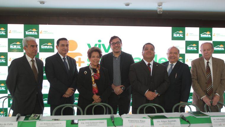 Personeros de Banrural, Aseguradora Rural, Francisco Páez y de la Liga contra el Cáncer presentaron el Seguro de Prevención de Cáncer. Foto Norvin Mendoza