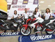 Brenda Pérez, Ronald Fischer, Amy Carrera y Wendy Girón, de Italika y Tiendas Elektra presentaron los dos nuevos modelos de motocicletas. Foto Norvin Mendoza