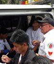 Bomberos atienden a los heridos en el accidente de tránsito en Sololá. (Foto Prensa Libre: @CVBxela).