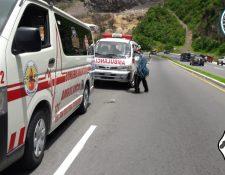 Ambulancias que trasladarán a los heridos permanecen a la orilla de la ruta Interamericana. (Foto Prensa Libre: Hemeroteca PL).