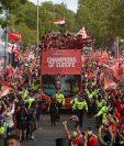 Los aficionados del Liverpool están viviendo una fiesta con su equipo. (Foto Prensa Libre: AFP)