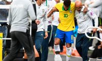Brazil's Neymar leaves the pitch injured during a friendly football match against Qatar at the Mane Garrincha stadium in Brasilia on June 5, 2019, ahead of Brazil 2019 Copa America. (Photo by EVARISTO SA / AFP)