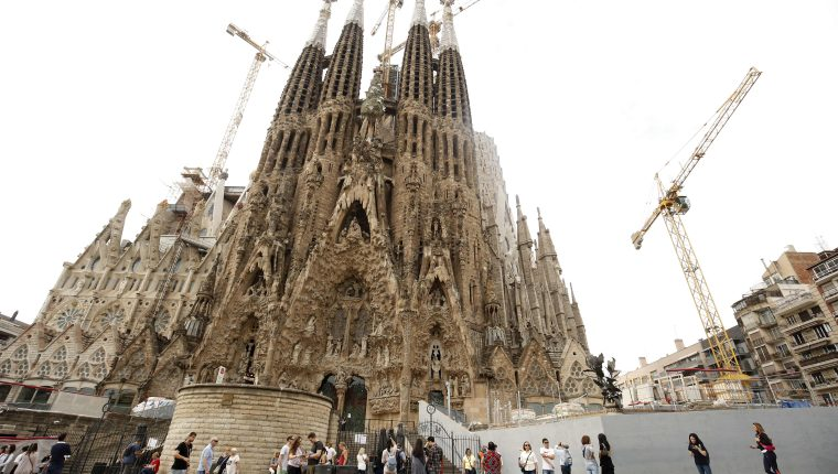 La construcción de la Sagrada Familia de Barcelona pudo haber comenzado hace 137 años, pero la emblemática basílica solo obtuvo un permiso de construcción. (Foto Prensa Libre: AFP)